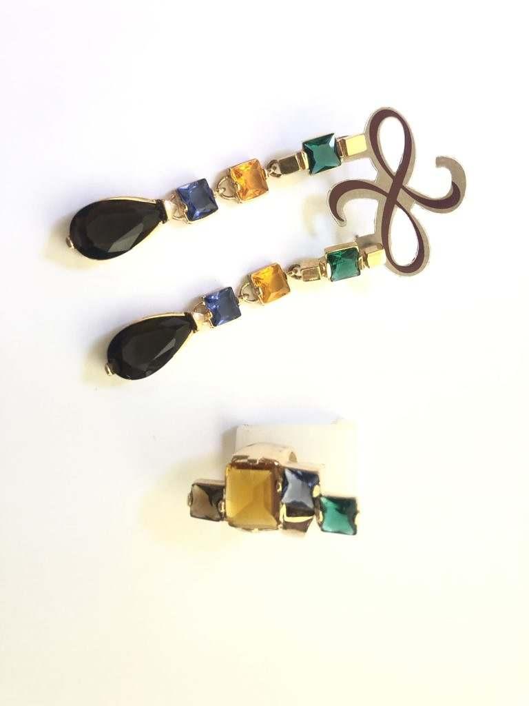 conjunto brinco longo e anel com critais de vidro de cores variadas