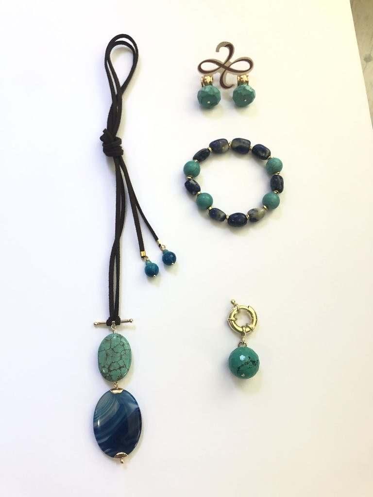 colar de couro ecológico com agata azul e turquesa, brincos de turquesa e pulserismo